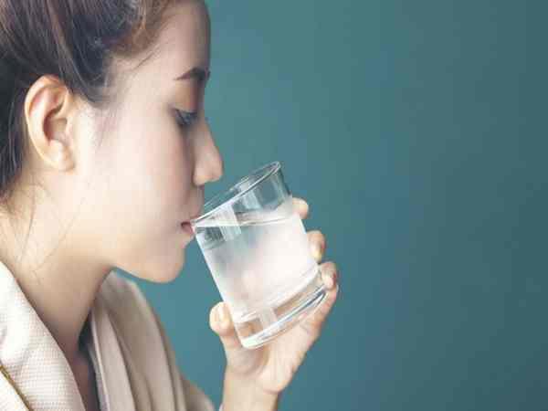 Nằm mơ thấy uống nước đánh con gì dễ trúng, có điềm báo gì